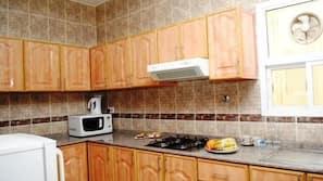 Réfrigérateur, micro-ondes, bouilloire électrique