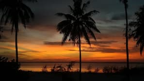 Am Strand, weißer Sandstrand, Strandtücher, Massagen am Strand