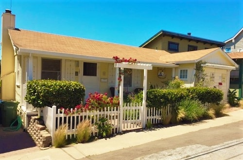Cozy Beach Cottage - Perfect Location! Walk to Restaurants and the Boardwalk