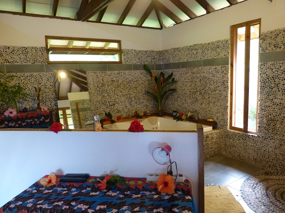 Bathroom, Fare Oviri Lodge