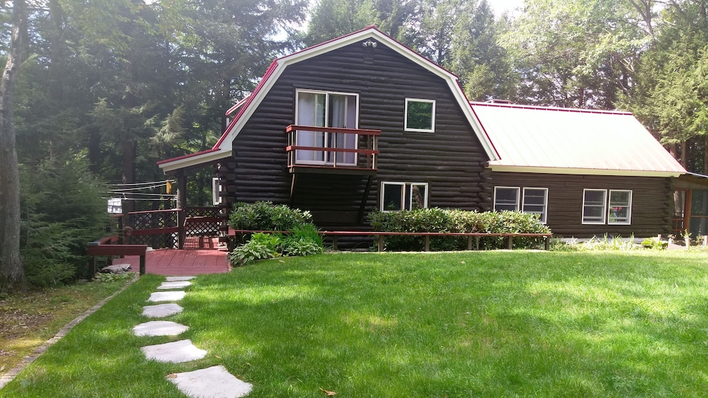 , Beautiful Lakefront log Home Nestled in the Pines