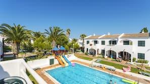 4 outdoor pools, pool umbrellas, pool loungers