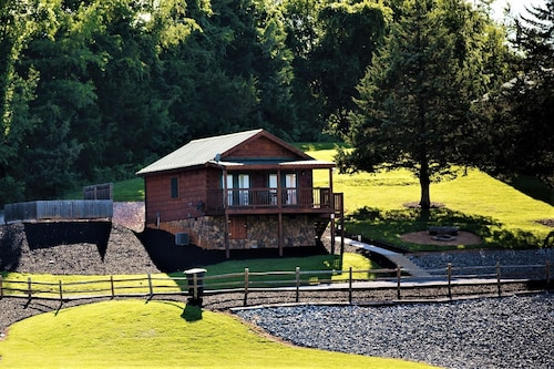 Hawksbill Retreat Cabin 9 Hot Tub, Mountain Views, Lake, Beautiful 45 Acre Luray