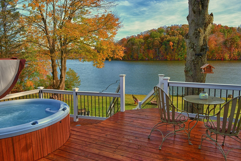 Kick Back and Enjoy the Hocking Hills With This Lakefront
