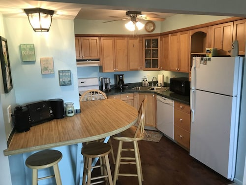 2bed/1bath Condo - Sleeps 6 -- 5 Minute Walk to Downtown Lake Geneva!!