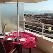 Modern, Secure 1 Bedroom apt With sea Views and Swimming Pool,sleeps 3 Adults