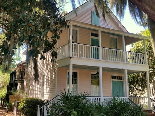 Just 2 mi. to Parris Island & Beaufort, Walk to Beach & Shops - Sleeps 6 - Wi-fi