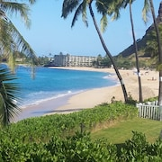 Oceanside Bungalow on Beautiful Makaha Beach. Great Surfing and Snorkeling