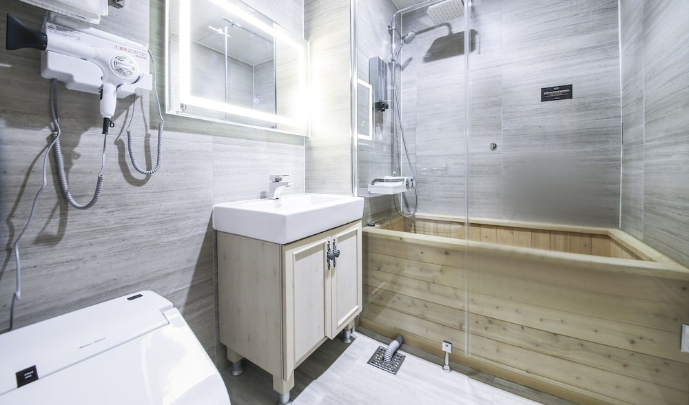 Bathroom, Hotel 9 in Dongdaemoon