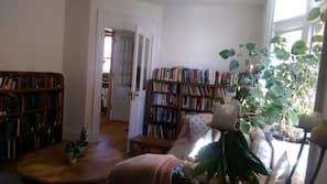 Fernseher, DVD-Player, Bücher, Stereoanlage