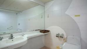 浴缸連淋浴設備、風筒、坐浴桶、提供毛巾