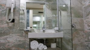 Dusche, kostenlose Toilettenartikel, Haartrockner, Bademäntel