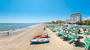 Spiaggia privata, lettini da mare, ombrelloni, un bar sulla spiaggia