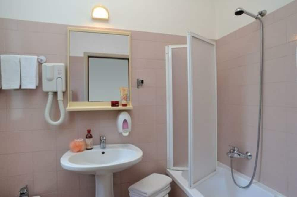 Bathroom, Hotel Plaza