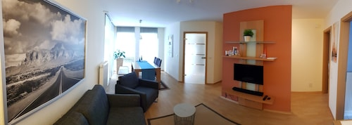 Chic 2 Bedroom Basement Apartment With a Separate Entrance in Einfamilienhau