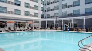 Una piscina al aire libre, cabañas de piscina gratuitas