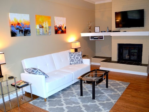 Beautiful Modern Townhome- Walk to Downtown Greenville or Take a Free Trolley!