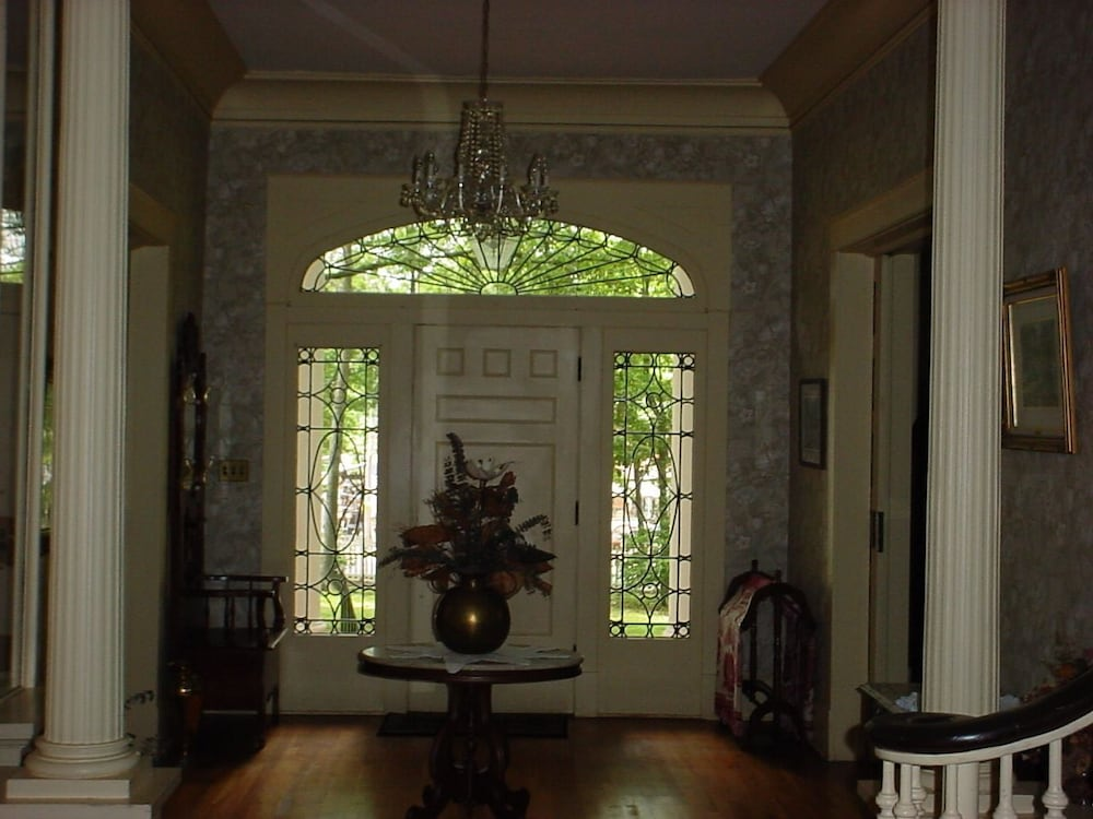 Interior Entrance, Magnolia Grove Bed And Breakfast