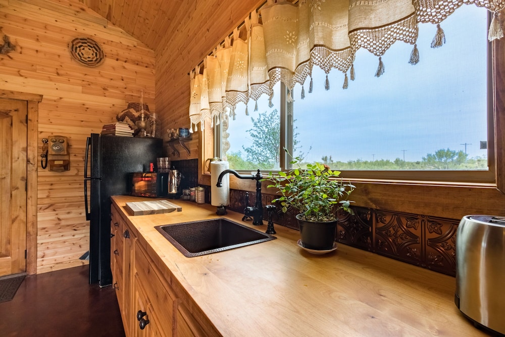 Private Kitchen, Rare Find AT Palo Duro Canyon! Large,, Rustic, Secluded Cabin Sleeps 2, 5 or 9