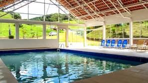 2 piscinas internas, funciona das 9h00 às 20h00, espreguiçadeiras