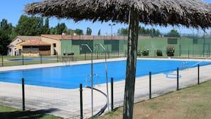 Una piscina al aire libre de temporada (de 12:00 a 20:00), sombrillas