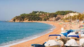 Nära stranden och vit sandstrand