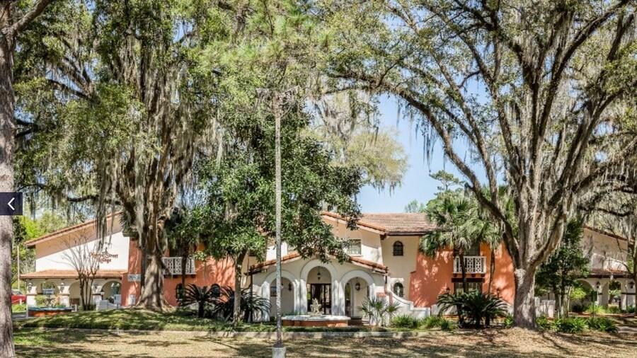 La Casa Inn & Suites
