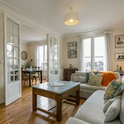 Left Bank - Walk to Eiffel Tower - Renovated - Safe and Authentic Neighborhood
