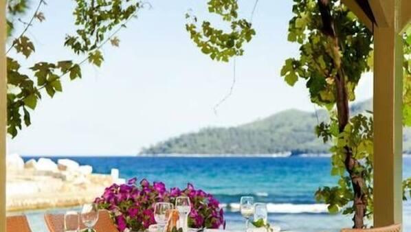 2 restaurants, breakfast, lunch and dinner served, Mediterranean cuisine