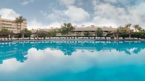 2 buitenzwembaden, gratis zwembadcabana's, parasols voor strand/zwembad