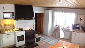 Een koelkast, een magnetron, een oven, een kookplaat