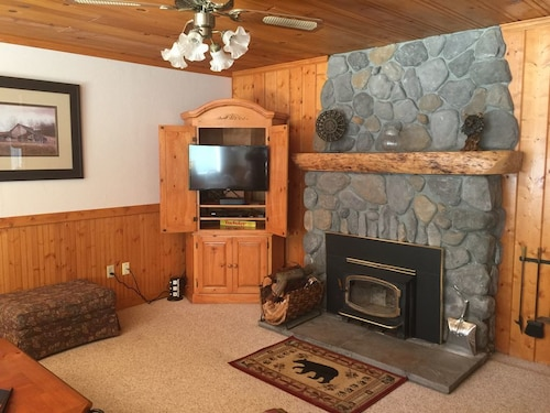 Cozy W/ac + Fireplace for Chilly Time! Walk to TH Lake, Pets Welcome, No Stairs!