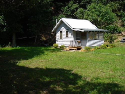 Cozy Cottage, Dog Friendly! Walk to the Beach From The Nutshell!!