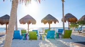 Ubicación a pie de playa, arena blanca y cabañas de uso gratuito