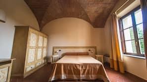 Biancheria da letto di alta qualità, una scrivania, ferro/asse da stiro