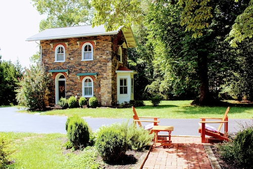 Cottage in West Chester PA - Two Miles From Town