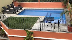 Una piscina al aire libre (de 7:00 a 21:00), tumbonas