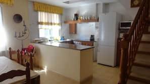 Grand réfrigérateur, four, fourneau de cuisine, lave-vaisselle