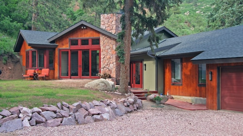 Elite Mountain Retreat...towering Pines, Hiking, Fishing, Waterfalls & Stream