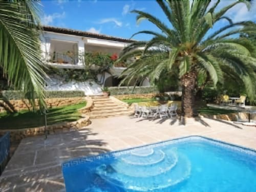 Villa With Pool, Large Garden and Fantastic sea Views