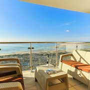 'headlands' Luxury Beachside Apartment With Fantastic Views