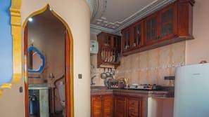 Réfrigérateur, fourneau de cuisine, bouilloire électrique