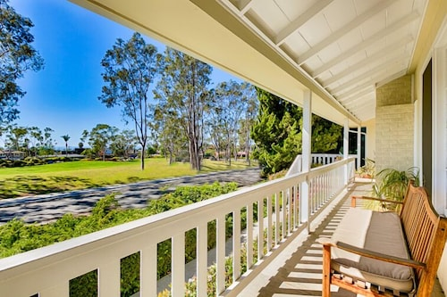 Beautiful Beach Cottage, Ocean Views & Large Grass Park