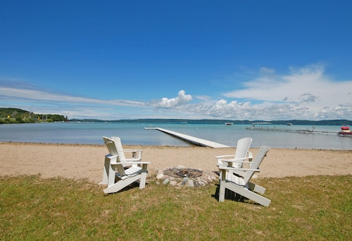 Lovely Cottage On Glen Lake With Large Sandy Beach
