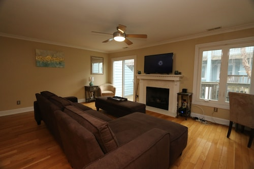 Newly Remodeled Town Home 1 Block From the Beach!