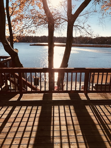Lakefront Cabin Pocono - Huge 3-tier Deck, Fireplace, Kayaks, Fire Pit, Sleep 8