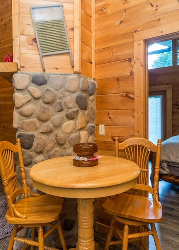 Out on a Limb - 1 Bedroom Cabin Just Minutes Away From Downtown