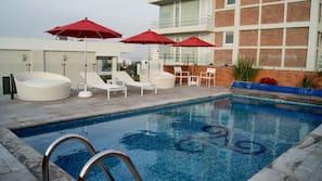 Una piscina al aire libre (de 9:00 a 19:00), sombrillas