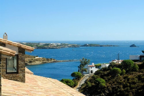 Beautiful Quiet House in Front of the Beach and in the Cap Creus' Natural Park