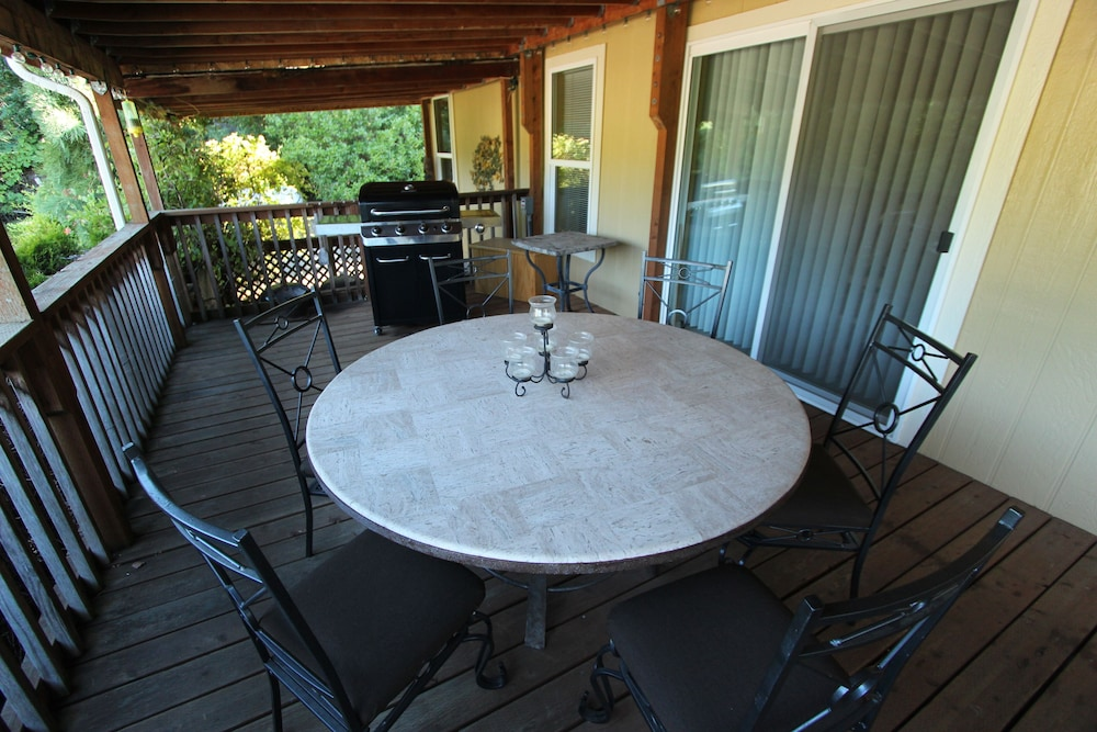 Balcony, Wine Country Getaway on a Working Vineyard!